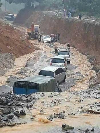 Đoàn xe bị kẹt do sạt đường ở huyện Đà Bắc, Hòa Bình.