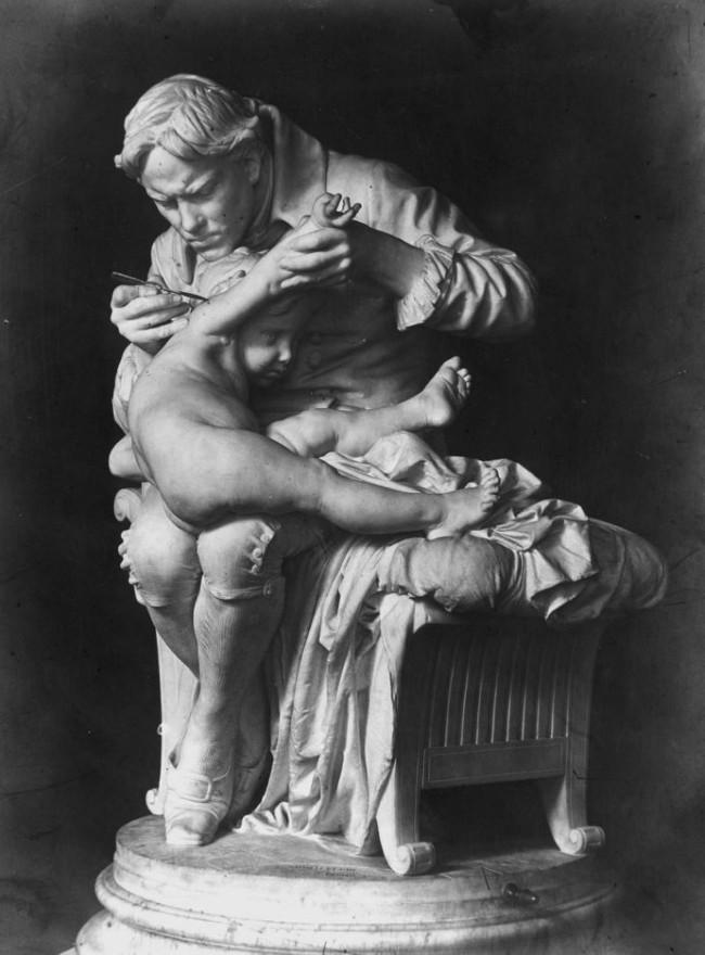 Bức tượng mô phỏng cảnh Edward Jenner tiêm vắc xin cho con trai.