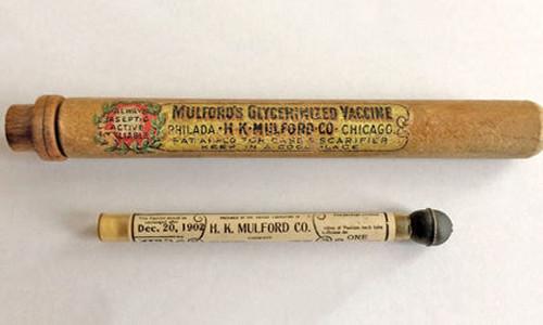 Các nhà khoa học phân tích mẫu vắc xin sản xuất năm 1902.
