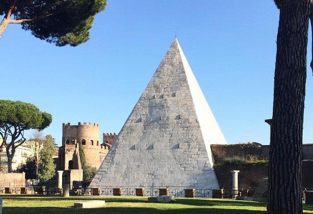 Kim tự tháp Cestius tại Rome Italy.