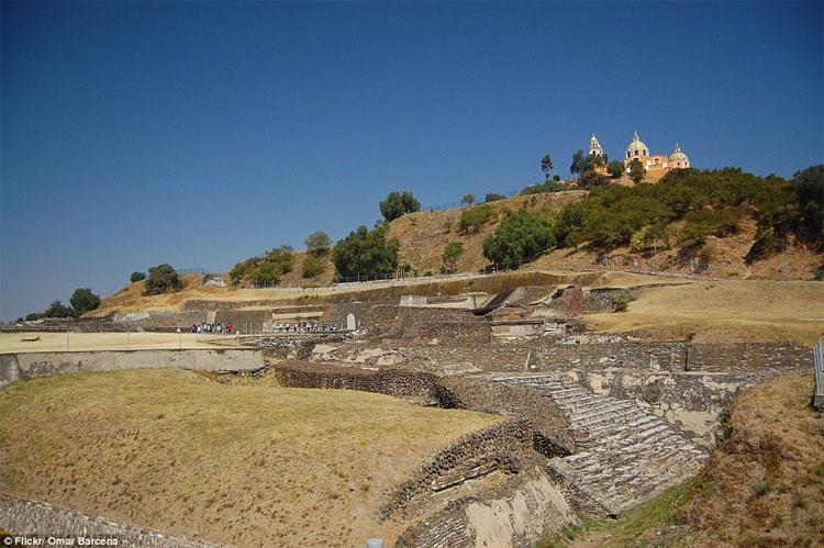 Nền móng của Đại kim tự tháp Cholula dưới chân nhà thờ trên đỉnh núi.
