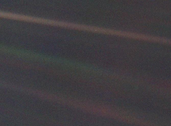 """Bức ảnh màu góc hẹp của Trái Đất, mang tên """"Pale Blue Dot"""""""