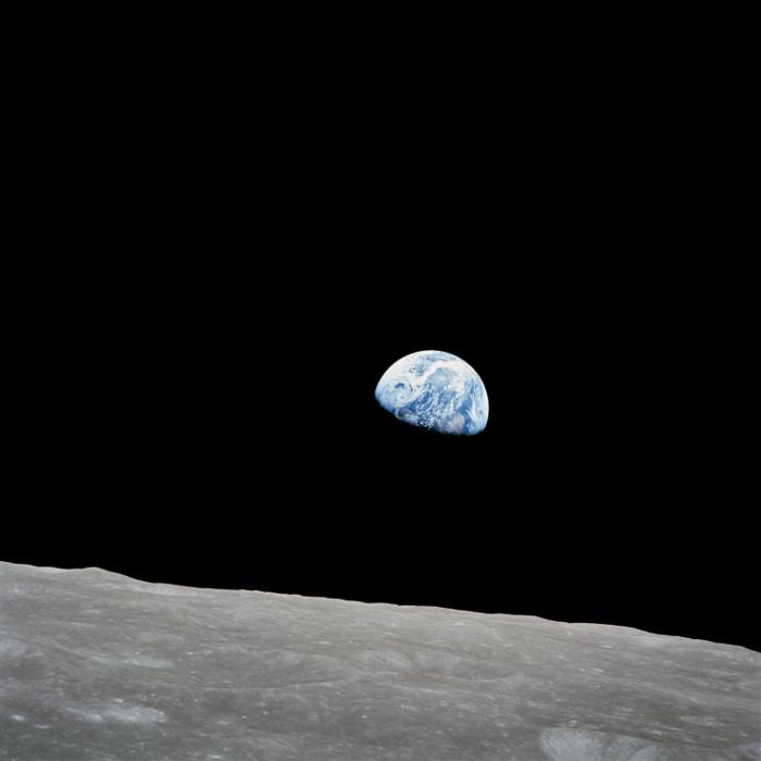 """Lần đầu tiên con người nhìn thấy Trái Đất """"mọc"""" lên từ Mặt trăng."""