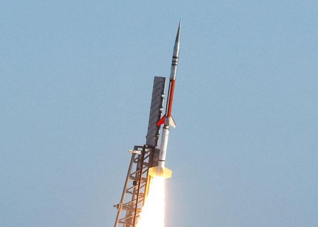 Hoả tiễn khí tượng được phóng lên vũ trụ.