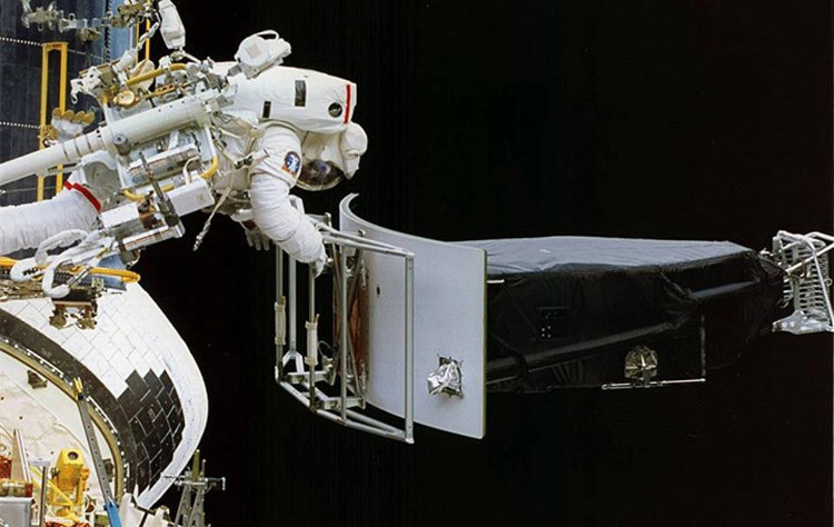 Phi hành gia Jeffrey Hoffman gỡ bỏ Wide Field/Planetary Camera 1 (WF/PC 1) trong quá trình thay thế.