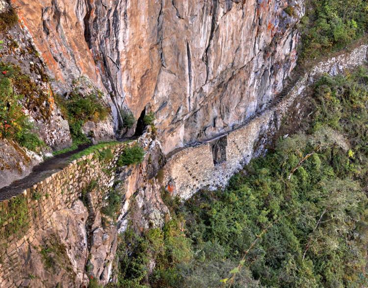 Đường núi rất hẹp của người Inca được cắt gọt dọc theo các vách đá dựng đứng.