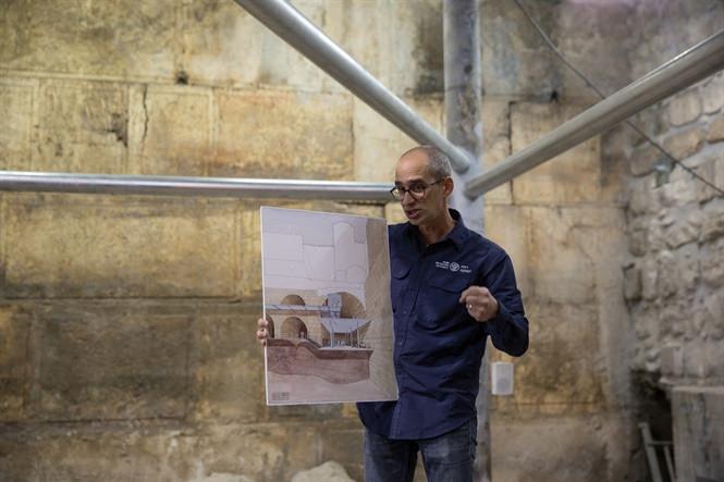 Nhà khảo cổ Joe Uziel trình bày mô hình Nhà hát La Mã từ thế kỷ thứ II hoặc III sau CN.