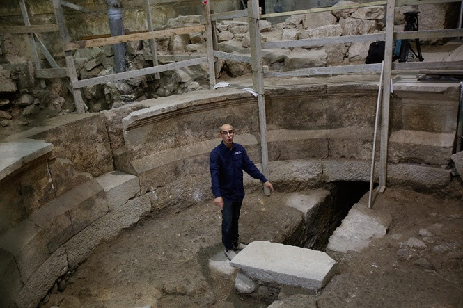 Nhà khảo cổ Joe Uziel giới thiệu dấu tích công trình La Mã vừa được khai quật.