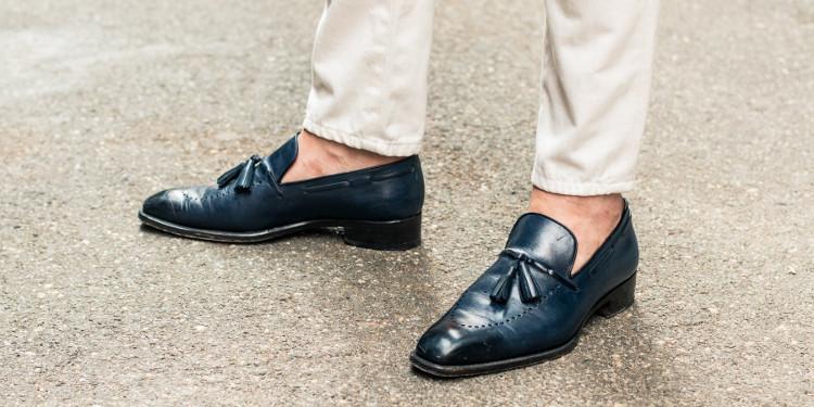 Khi không còn tất nữa, mồ hôi sẽ nằm lại giày - thứ đa phần được làm từ những vật liệu khó thoát khí.
