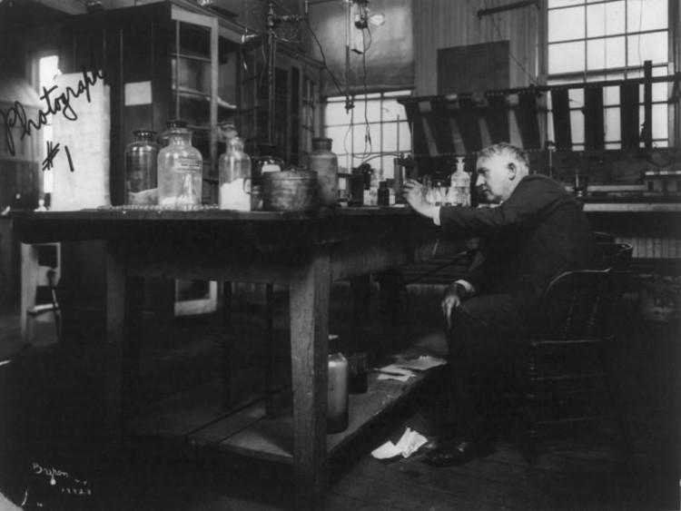 Thomas Edison làm việc trong phòng thí nghiệm.