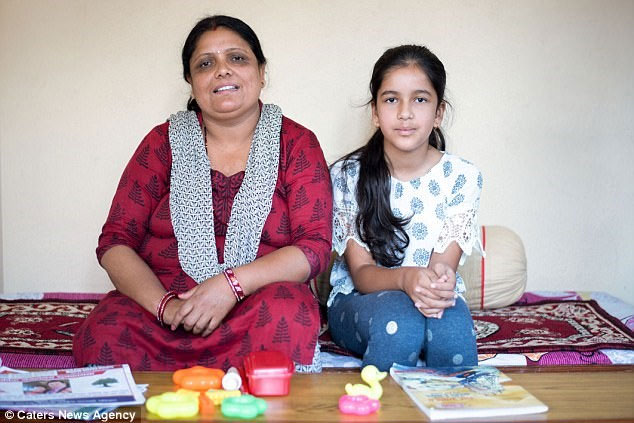 Deepti Regmi và mẹ.