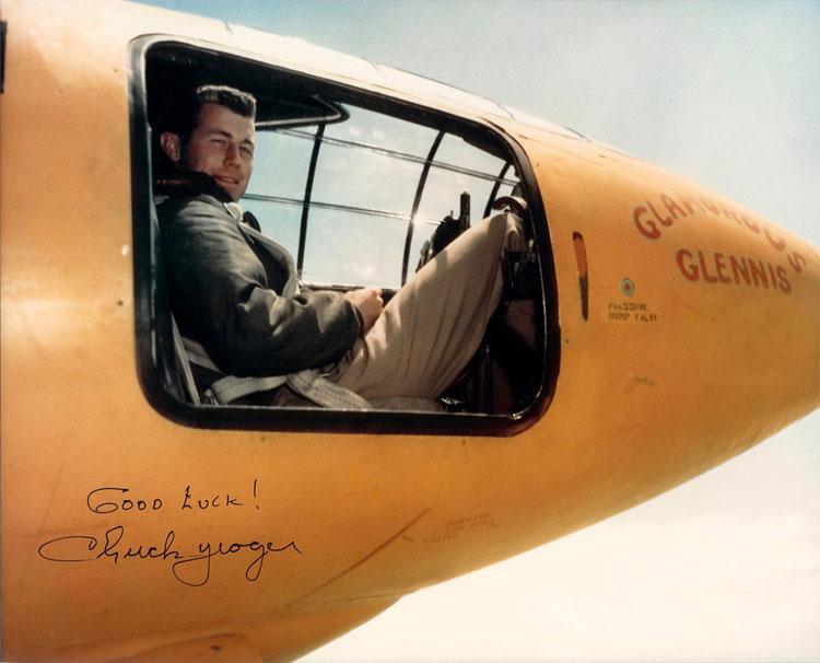 Phi công Chuck Yeager trong buồng lái máy bay thử nghiệm Bell X-1.