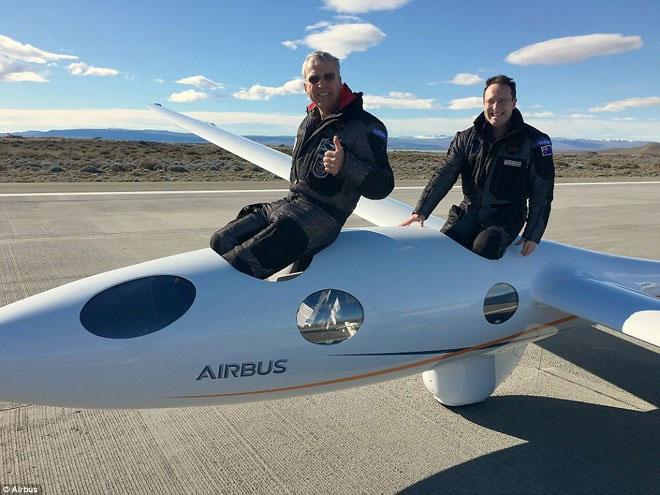 Hai phi công Jim Payne và Morgan Sandercock trên máy bay.