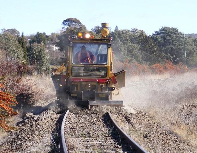 Đường ray đang được bảo trì, trải thêm đá