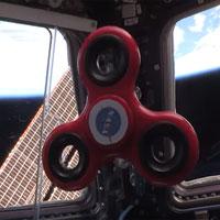 Đồ chơi gây sốt Fidget Spinner quay như thế nào trong không gian?