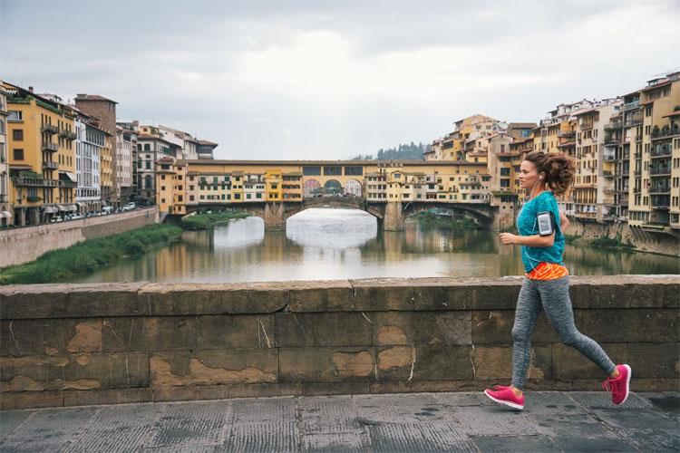 Chạy bộ quanh một thành phố mới sẽ giúp bạn vừa tăng cường sức khoẻ.