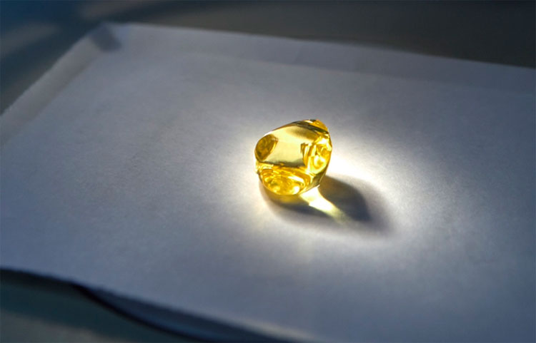 Viên kim cương vàng trong suốt cực hiếm được tìm thấy ở Nga.