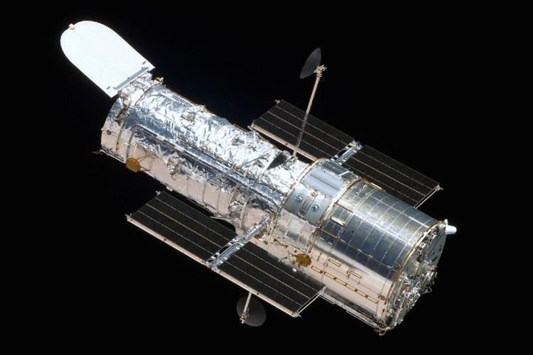 Kính Hubble nhìn từ tàu con thoi Atlantis.