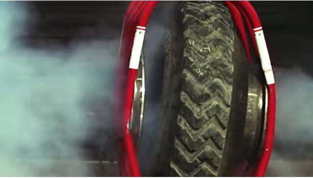 Nếu đập vào người, sức tàn phá khi lốp ô tô nổ sẽ rất nguy hiểm.