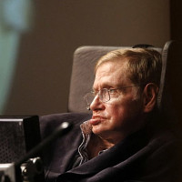 Luận án về vũ trụ của Stephen Hawking gây... sập mạng