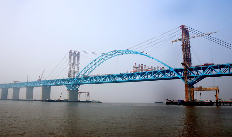 Vòm thép mới hoàn thành trên cầu sông Trường Giang Hỗ Thông.