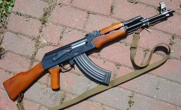 """Ở đa số các quốc gia thuộc khối Đông Âu, hiểu biết về vũ khí đơn giản chỉ cần là """"súng AK""""."""
