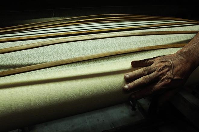 Những mặt hàng lụa được bày bán trong làng hoàn toàn là lấy từ các xưởng sản xuất thủ công.