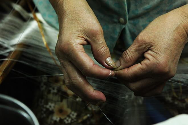 Để làm ra được những sản phẩm tơ lụa tuyệt hảo như vậy, người thợ dệt phải thực hiện một quy trình sản xuất khá phức tạp