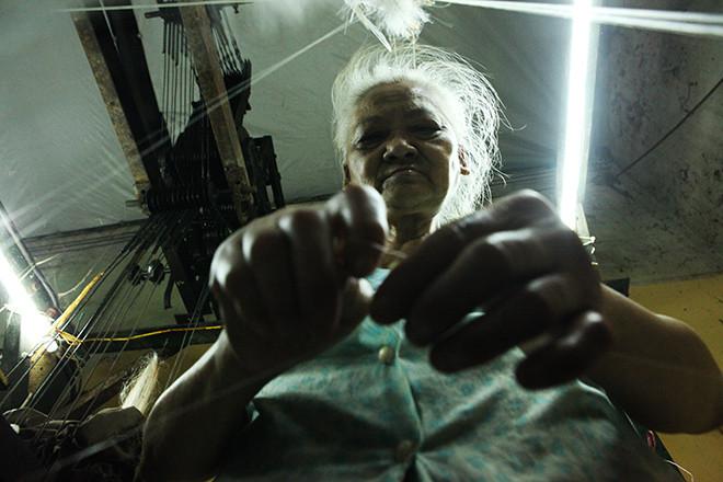 Quy trình sản xuất nghề dệt lụa không chỉ phức tạp mà còn đòi hỏi ở người thợ một sự sáng tạo và khéo léo.