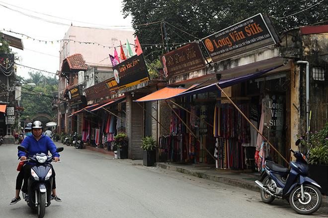 Theo ghi nhận của phóng viên, các cửa hàng bày bán các mặt hàng lụa nhưng rất ít khách hàng đến mua