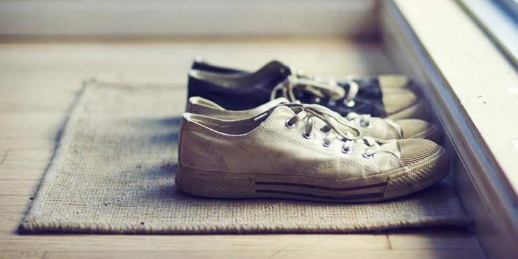 Chúng ta không nên đi giày vào trong nhà để giữ cho sàn nhà luôn sạch sẽ.