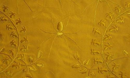 Hình thêu tinh xảo trên bề mặt khăn choàng lụa.