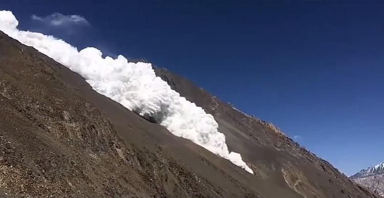 Lở tuyết xảy ra ở dốc đá.