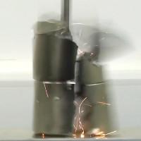 Video: Cú va chạm 320km/h khi hai siêu nam châm hút nhau