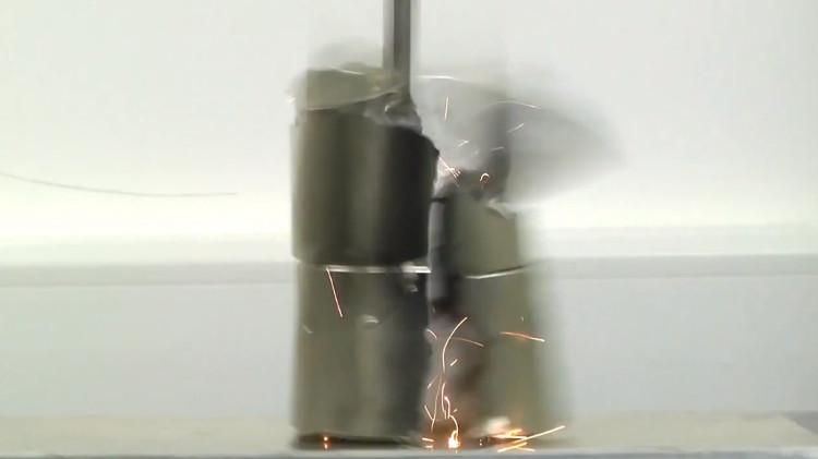 2 siêu nam châm hút nhau và va chạm với tốc độ 320km/h, khiến chúng vỡ thành nhiều mảnh nhỏ.