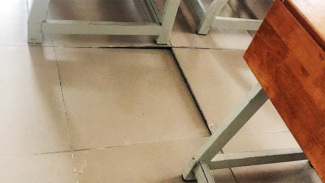 Sàn gạch bị bong tróc.