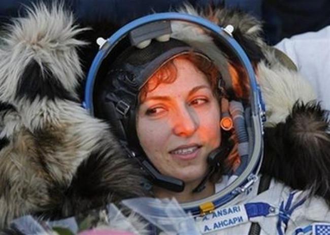 Anousheh Ansari mỉm cười trên ghế ngồi chỉ ít lâu sau khi tàu Soyuz hạ cánh.