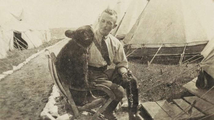 Chàng đại uý và cô gấu Winnie trở nên thân thiết