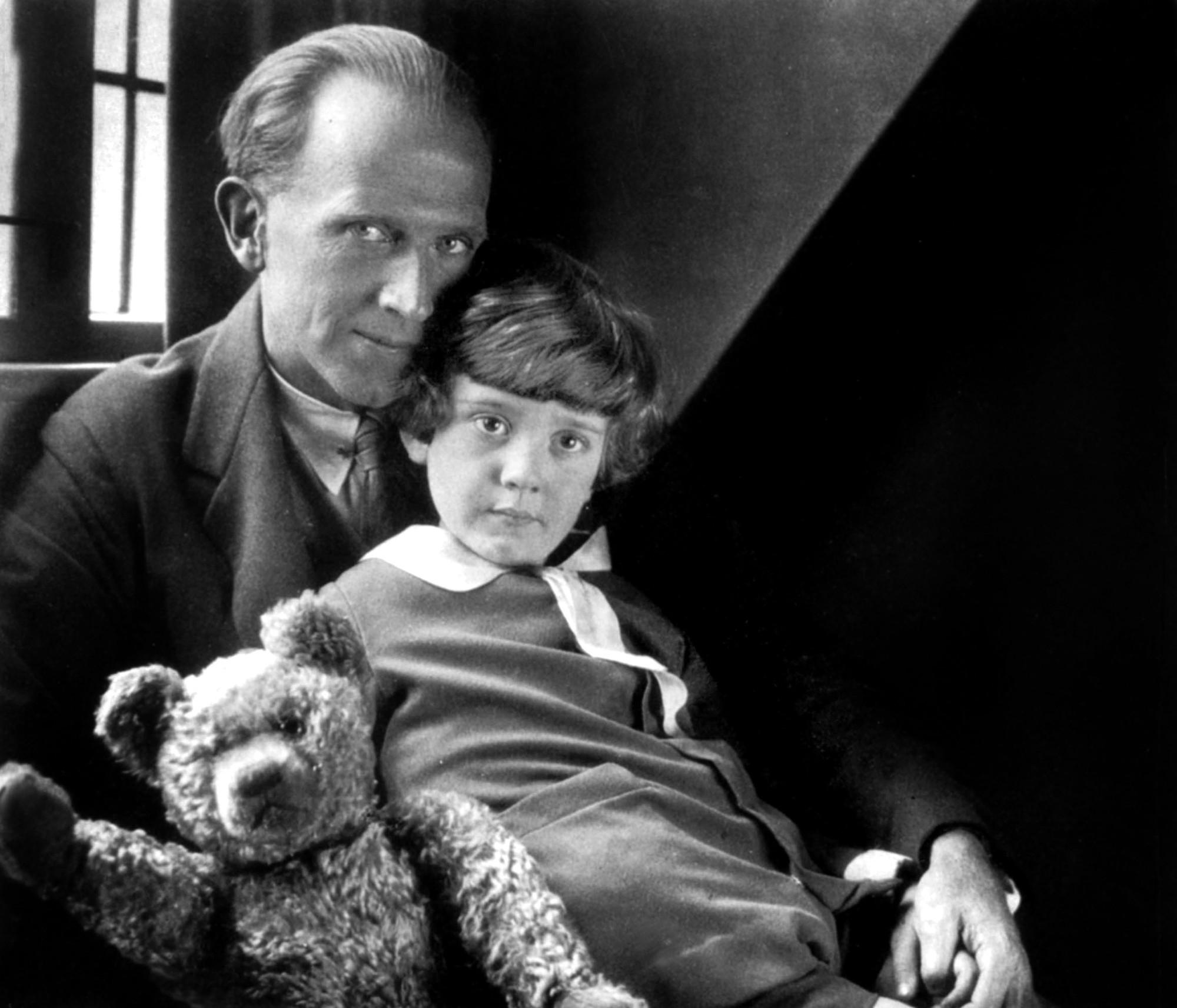 A.A. Milne bên cạnh người con trai - Christopher Robin và chú gấu nhỏ có tên là Winnie.