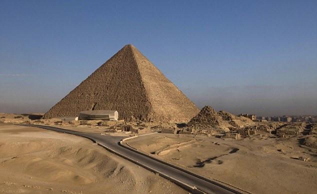 """Ngôi mộ có niên đại 4.500 năm và nằm trong khu vực """"núi bộ tộc"""", gần Kim tự tháp Giza."""