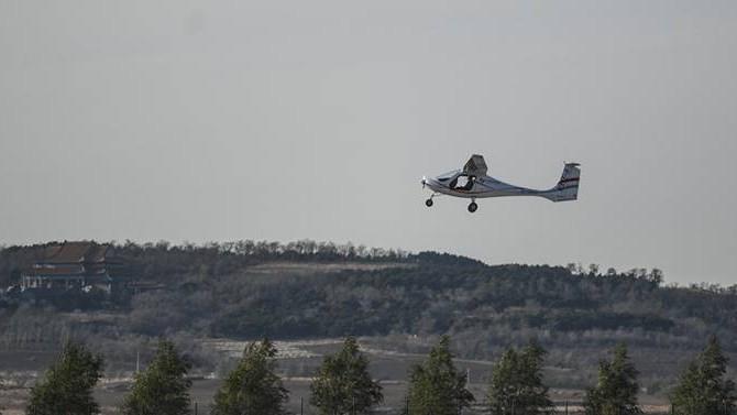 """Máy bay chạy điện """"Made in China"""" thử nghiệm thành công."""