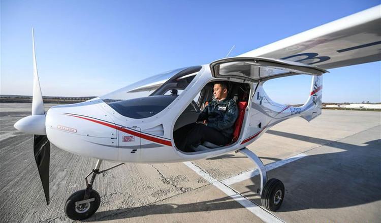 Phi công đang kiểm tra máy móc trước khi thử nghiệm chuyến bay thử tại
