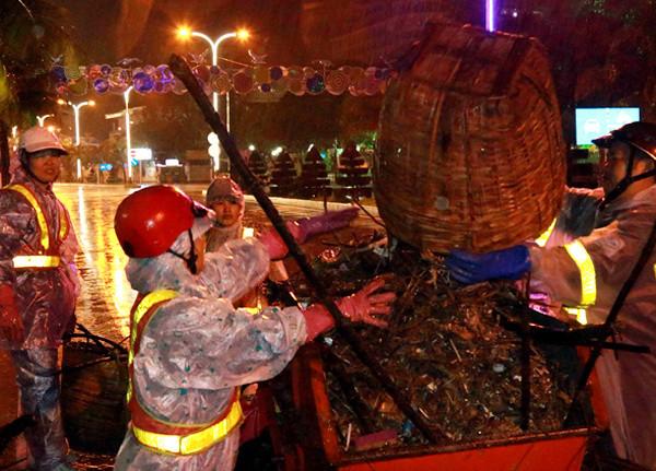 Công nhân vệ sinh làm việc trên đường phố Nha Trang.