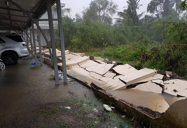 Một bức tường đổ sập ở Khánh Hòa.