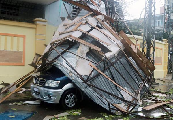 Chiếc ôtô bị vùi trong mái tôn trên đường 2/4, TP Nha Trang.