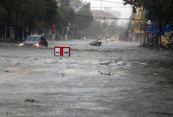 Tuyến đường ở TP Nha Trang ngập sâu trong nước sau bão.