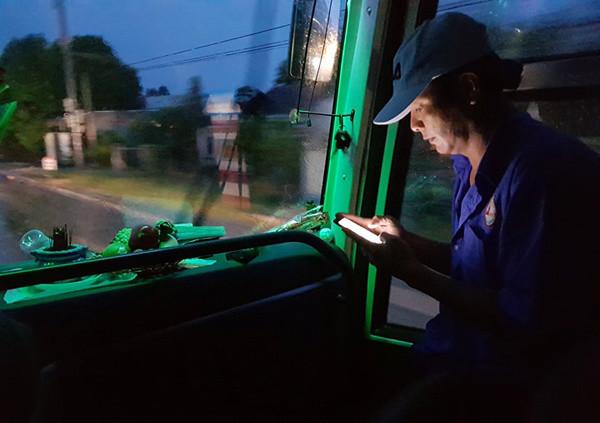 Phụ xe khách liên tục cập nhật tình hình mưa bão trên đường ôtô chạy.