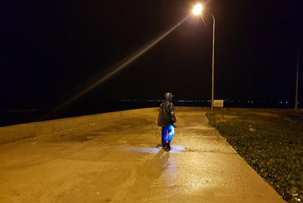 Bờ biển ở Ninh Thuận đã bắt đầu mưa, gió rít.