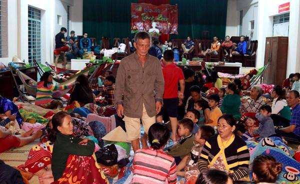 Hàng trăm người dân Hòn Rớ (Nha Trang) trú bão ở nhà văn hóa.