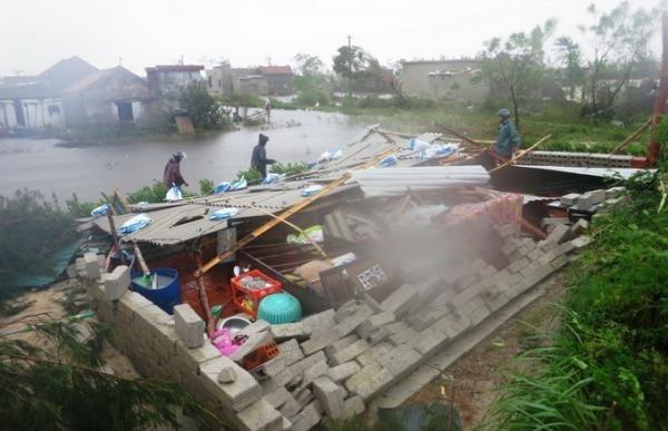 Bão lũ gây thiệt hại nặng nề đến cuộc sống của người dân.